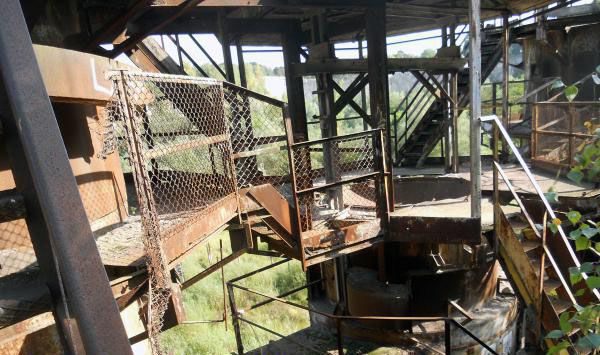 Climbing up the Liban Quarry metal structures and having a look around
